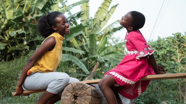 Mittlere schuss afrikanische frau und mädchen