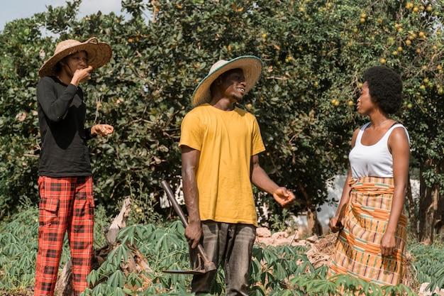 Mittlere schuss afrikanische leute im freien