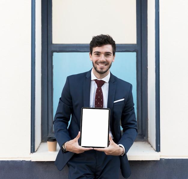 Mittlere schuss anwalt mit tablet-modell