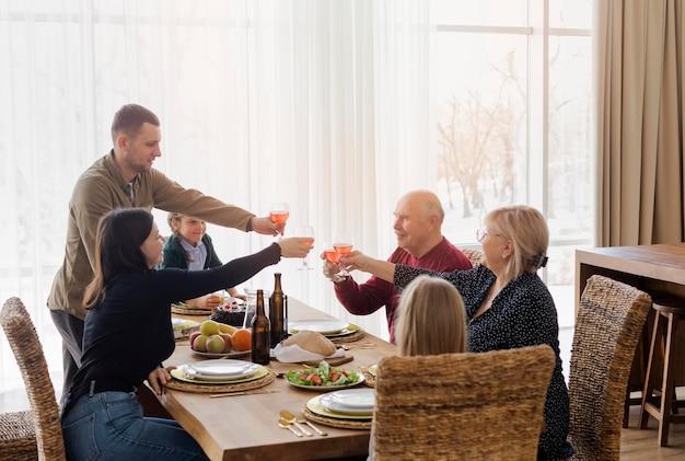 Mittlere schuss familienmitglieder am tisch