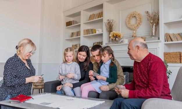Mittlere schuss-familienmitglieder, die spiele spielen