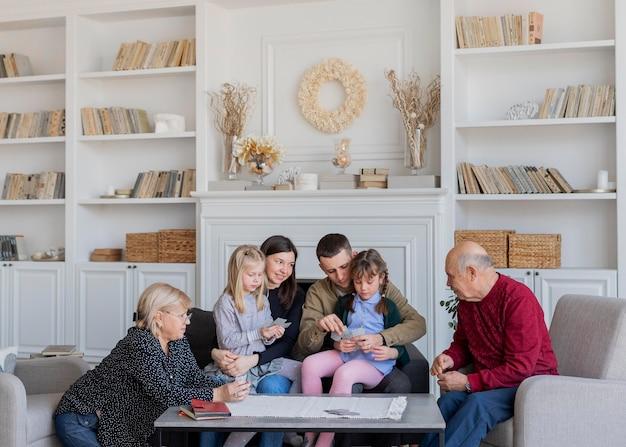 Mittlere schuss familienmitglieder sitzen zusammen