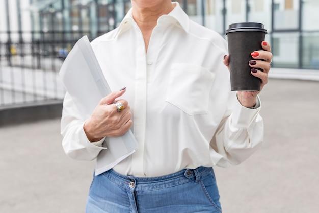 Mittlere schuss geschäftsfrau im weißen hemd