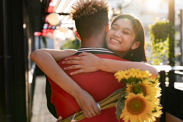 Mittlere schuss glückliche frau, die mann umarmt