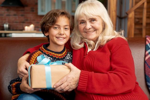 Mittlere schuss glückliche großmutter mit enkel