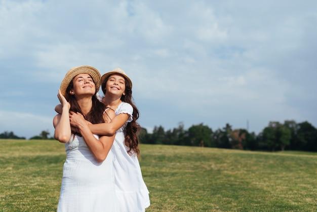 Mittlere schuss glückliche mutter und tochter