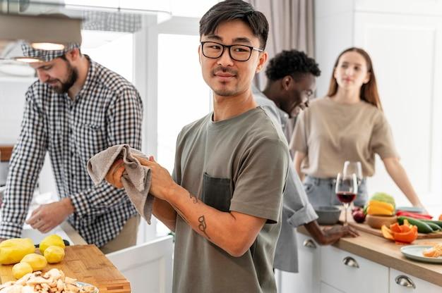 Mittlere schuss-mitbewohner, die zu hause kochen