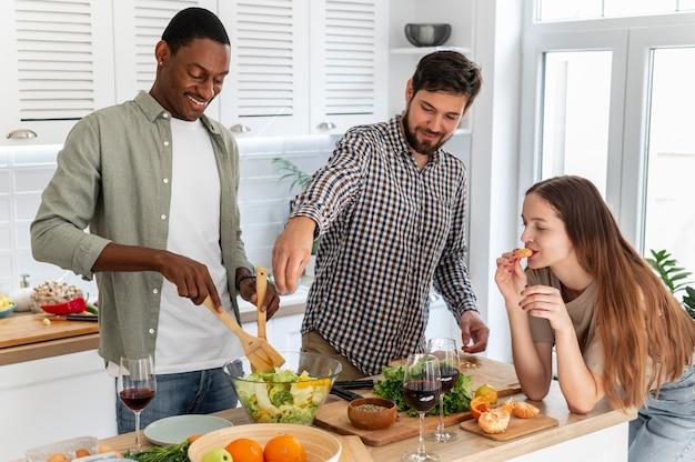 Mittlere schuss-mitbewohner, die zusammen essen