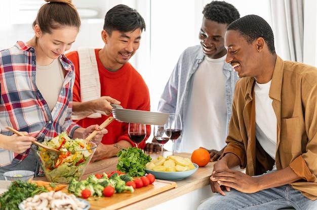 Mittlere schuss mitbewohner in der küche
