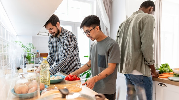 Mittlere schuss mitbewohner kochen