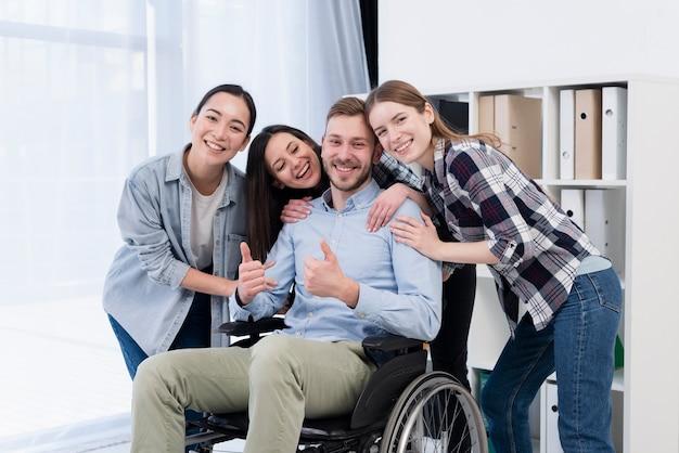 Mittlere schuss-smiley-arbeiter posieren
