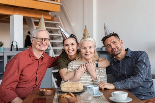 Mittlere schuss-smiley-familie am tisch