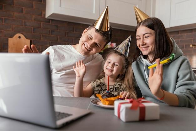 Mittlere schuss-smiley-familie, die geburtstag feiert
