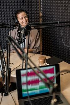 Mittlere schuss-smiley-frau am radio
