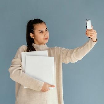Mittlere schuss-smiley-frau, die selfie nimmt
