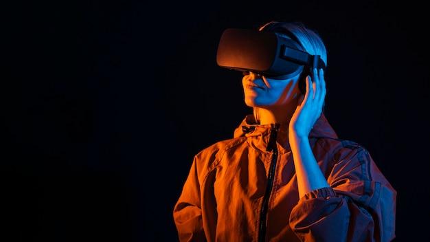 Mittlere schuss-smiley-frau, die virtuelle realität erlebt