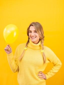 Mittlere schuss-smiley-frau mit ballon