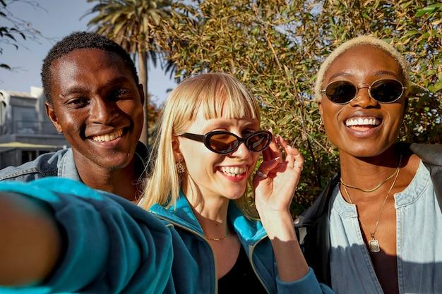 Mittlere schuss-smiley-freunde, die selfie nehmen