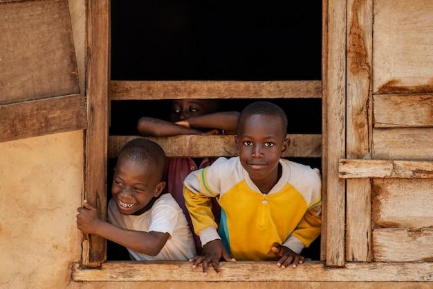 Mittlere schuss-smiley-kinder, die zusammen aufwerfen