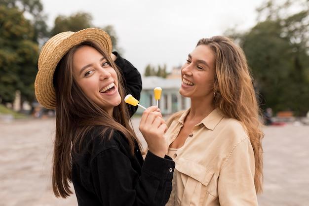 Mittlere schuss smiley-mädchen mit süßigkeiten