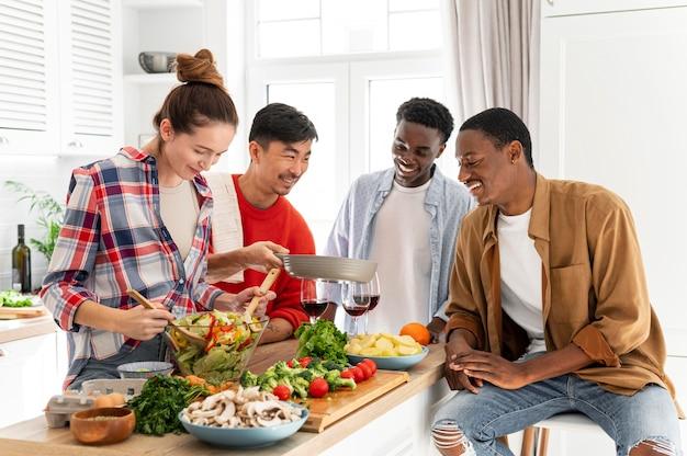 Mittlere schuss smiley-mitbewohner in der küche