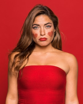 Mittlere schuss traurige frau, die roten lippenstift trägt