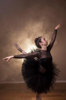 Mittlere schussballerina, die arabeske durchführt