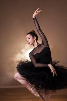 Mittlere schussballerina, die im ballettröckchen aufwirft