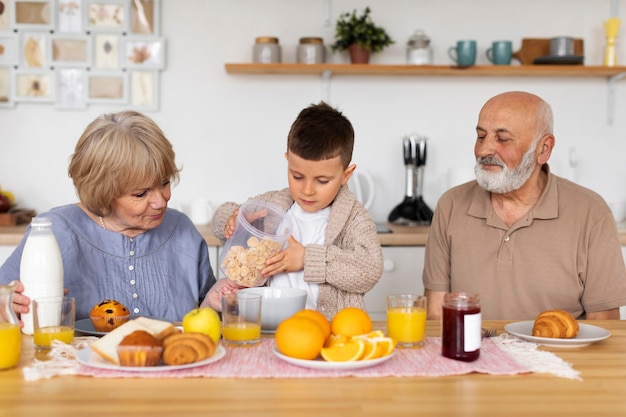 Mittlere schussfamilie am tisch