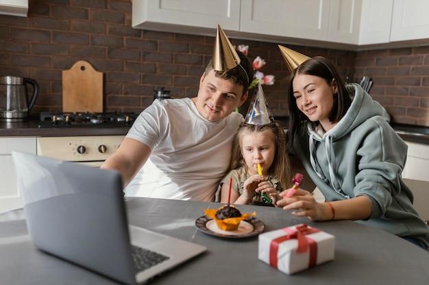 Mittlere schussfamilie, die geburtstag feiert