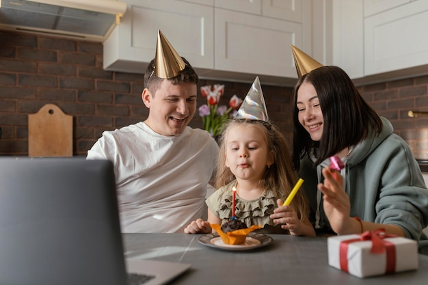 Mittlere schussfamilie, die kindergeburtstag feiert