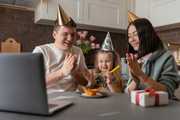 Mittlere schussfamilie, die mädchengeburtstag feiert