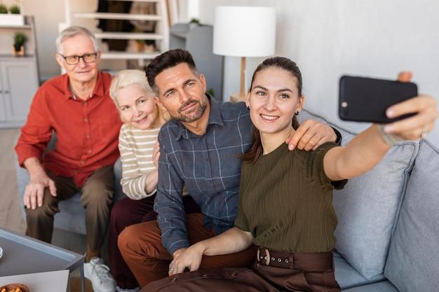Mittlere schussfamilie, die selfies nimmt