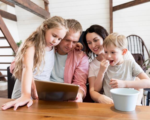 Mittlere schussfamilie, die tablette betrachtet