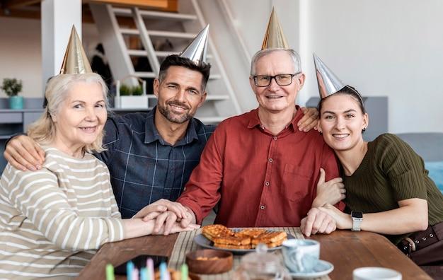 Mittlere schussfamilie, die zusammen aufwirft