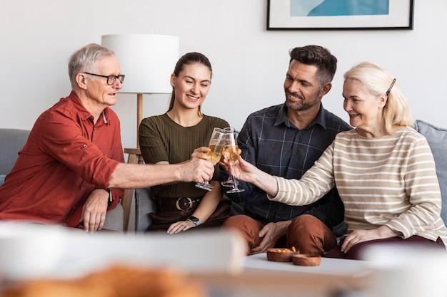 Mittlere schussfamilie klirrende gläser