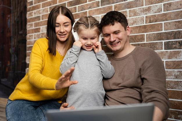 Mittlere schussfamilie mit laptop