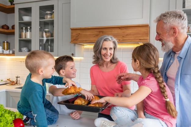 Mittlere schussfamilie mit leckeren croissants