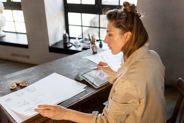 Mittlere schussfrau am schreibtisch