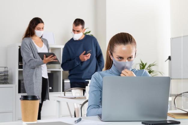 Mittlere schussfrau, die am laptop arbeitet