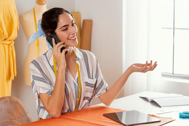 Mittlere schussfrau, die am telefon spricht