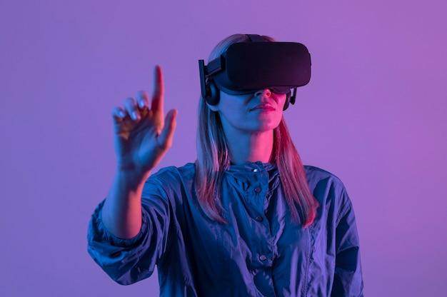 Mittlere schussfrau, die das gerät der virtuellen realität trägt