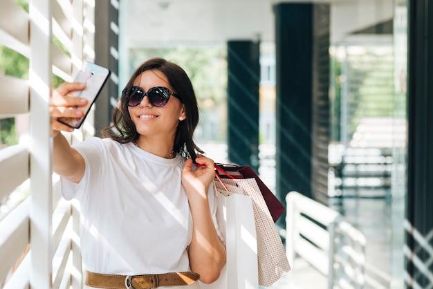 Mittlere schussfrau, die ein selfie nimmt