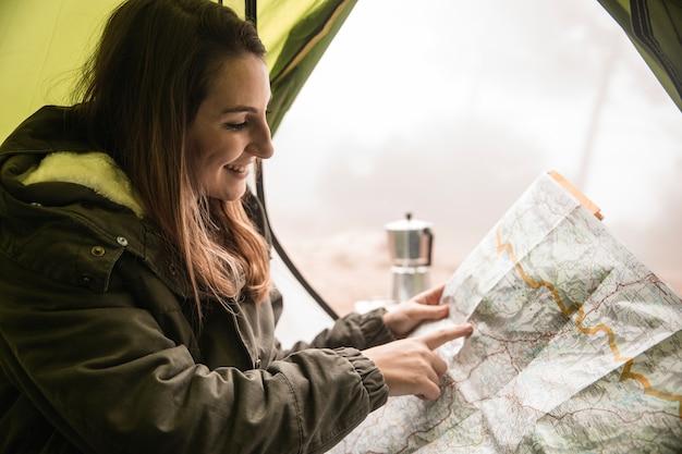 Mittlere schussfrau, die eine karte liest