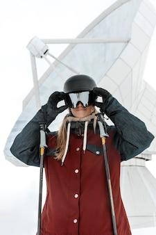 Mittlere schussfrau, die eine schutzbrille trägt