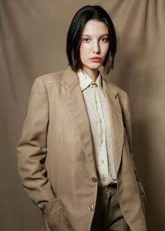 Mittlere schussfrau, die einen blazer trägt