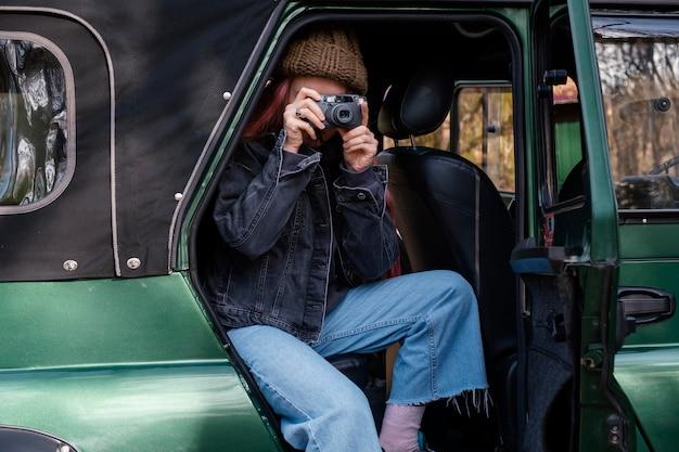 Mittlere schussfrau, die fotos macht
