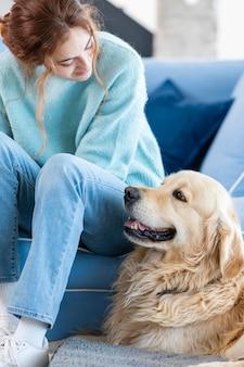 Mittlere schussfrau, die hund betrachtet