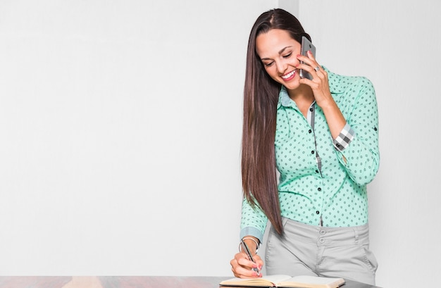 Mittlere schussfrau, die ihre arbeit im büro erledigt