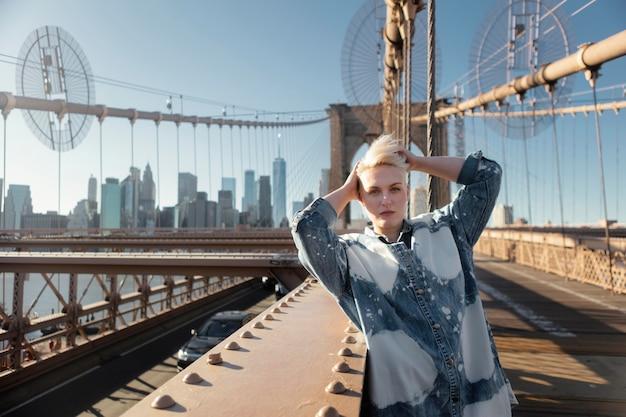 Mittlere schussfrau, die in new york aufwirft